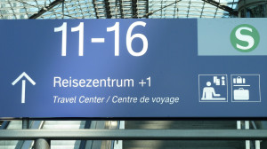 Piktogramme und Informationen im Bahnhof