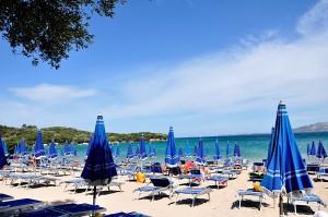 Mittelmeer-Strand mit Schirmen und Liegen