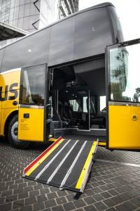 ADAC Postbus mit ausgefahrener Rollstuhlrampe