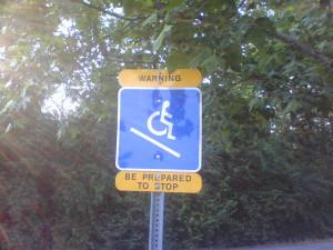 Warnschild aus den USA für Rollstuhlfahrer - abschüssiges Gelände