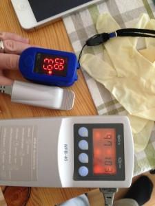 Reale Messdiskrepanz: Finger-Pulsoxymeter vs. Nellcor NPB-40. Foto: T. Hermann