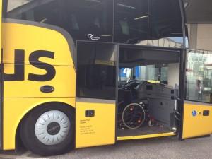 Geöffnete Vordertür am ADAC-Postbus mit Rollstuhl