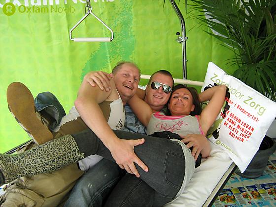 Drei Menschen in einem Pflegebett