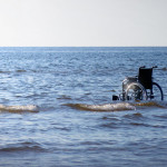 Leerer Rollstuhl im Maar an Ufernähe