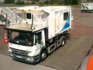 Ambulift-Fahrzeug am Flughafen Schönefeld