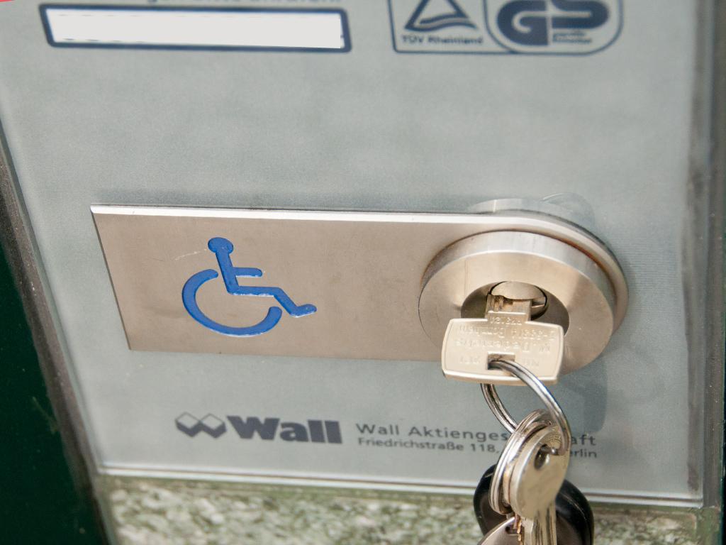 Euroschlüssel in Schloss an City-Toilette der Firma Wall in Berlin