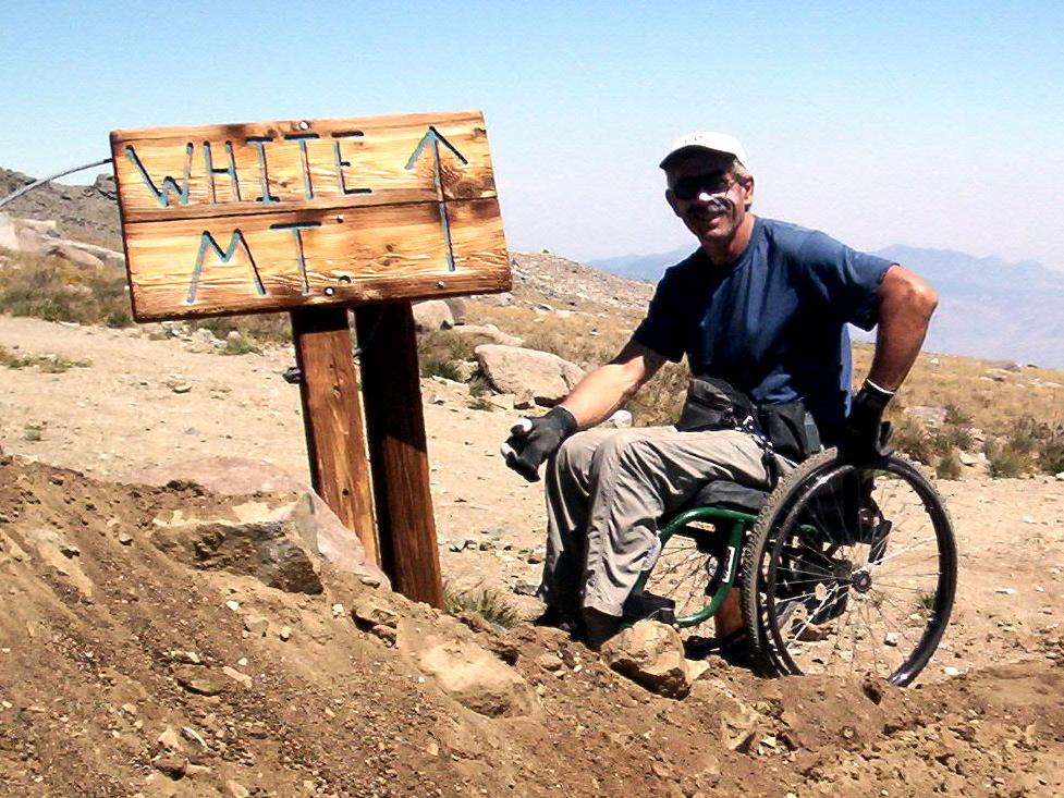 Rollstuhlfahrer im Gebirge