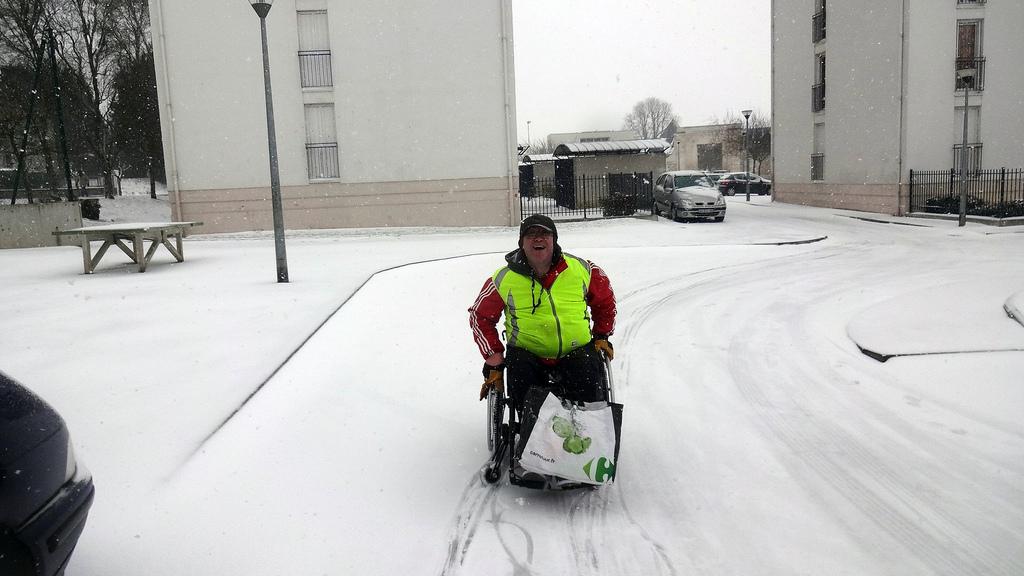 Rollstuhlfahrer im Schnee