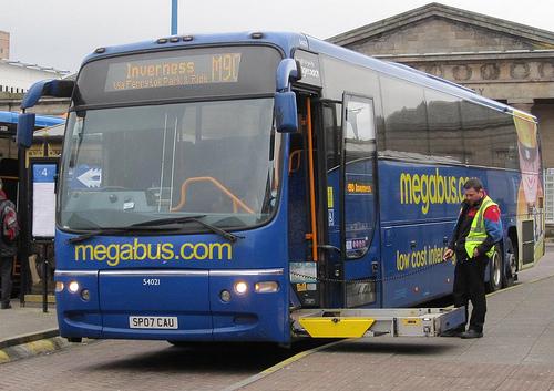 Britischer Reisebus mit ausgefahrenem Rollstuhllift