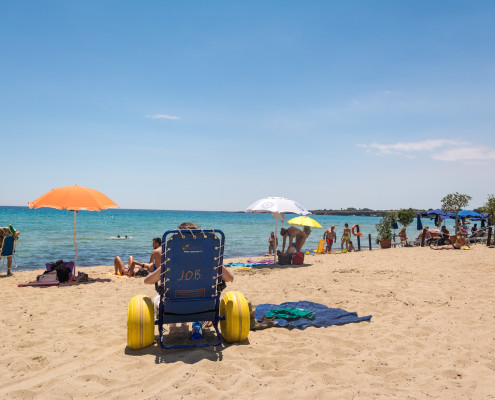 Strandrollstuhl am Strand von Sizilien