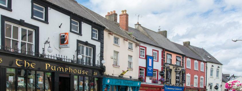 Ansicht von Kilkenny: fünf Häuser im Kolonialstil mit bunten Fassaden
