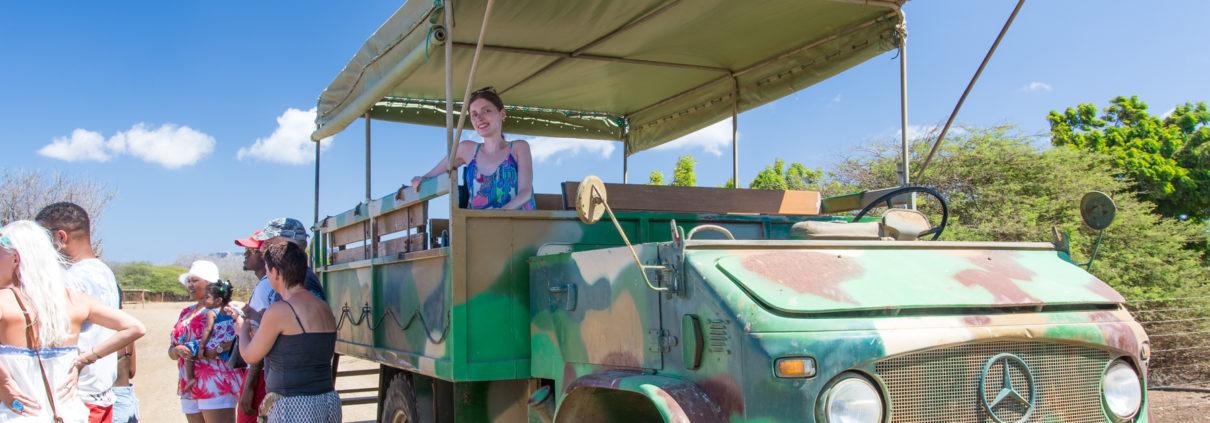 Mit dem Rollstuhl auf einem Unimog auf Safari durch die Straußenfarm auf Curacao