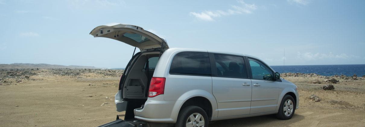 Behindertengerechter Mietwagen mit Rollstuhlrampe auf Curacao