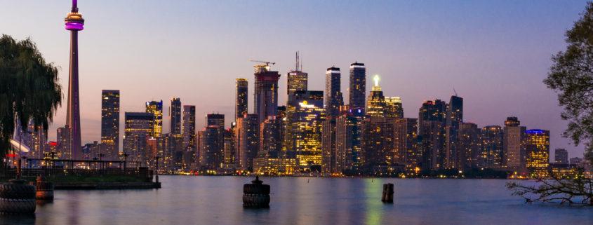 Skyline von Toronto mit CN-Tower und Wolkenkratzern bei Nacht