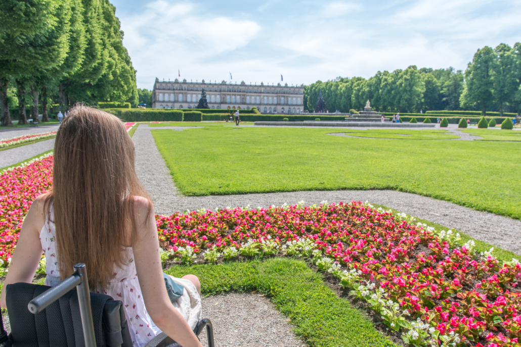 Rollstuhlfahrerin vor Schloss Herrenchiemsee