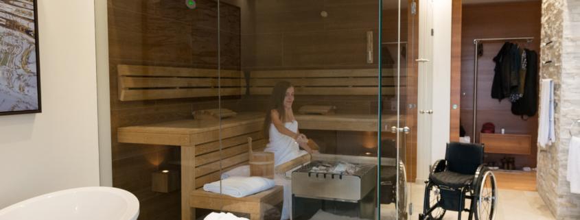 Adina sitzt in der Sauna und macht einen Aufguss