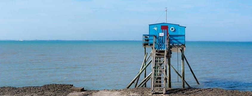 Französische Fischerhütte auf Stelzen am Atlantik