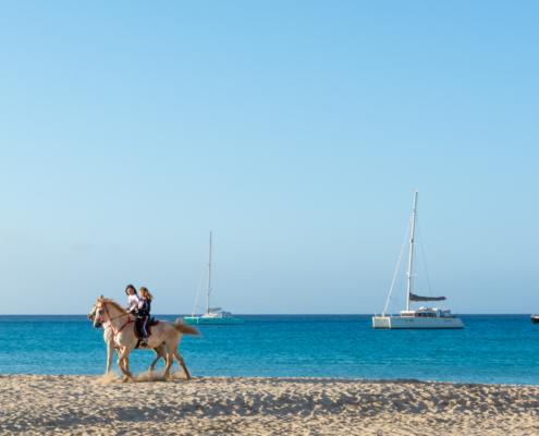 Kinder reiten am Strand von San Vito lo Cappo